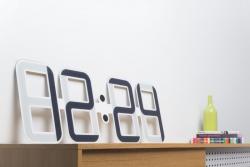 На Kickstarter появился проект гигантских E Ink-часов