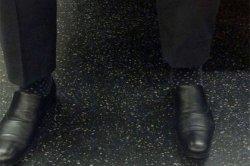 В сети обнаружили пассажира метро с исчезающими лодыжками