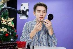 Китаец по семь часов тестировал губную помаду и заработал 1,5 миллиона долларов