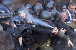 Украинский полицейский прыснул себе в лицо газовым баллончиком и стал мемом
