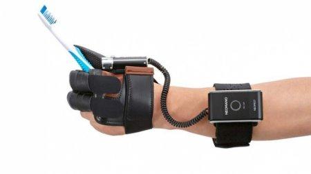 Представлена перчатка, которая поможет при параличе рук