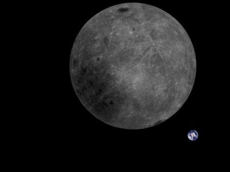 Китайцы показали фото обратной стороны Луны на фоне Земли