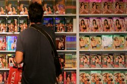 Частый просмотр порно назвали возбудителем бисексуальности