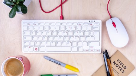 Одноплатник Raspberry Pi получил фирменные клавиатуру и мышь
