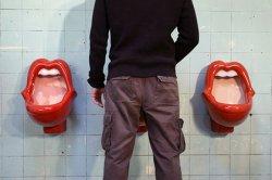 Девушка пожаловалась на поведение мужчин в туалете и была высмеяна