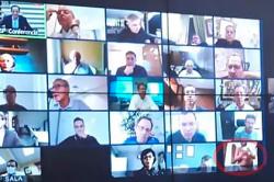 Президент Бразилии увидел голого мужчину во время видеоконференции и рассмеялся