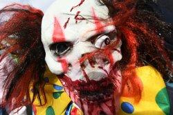 В Европе наказали блогеров-клоунов за пранки с муляжами автомата Калашникова