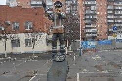 Памятник гаишнику из пня в российском городе сравнили с «Аленкой»