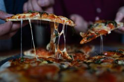 Девушка заказала пиццу вместо праздничных блюд от родственников и объяснилась